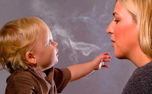 Мама курит при ребенке